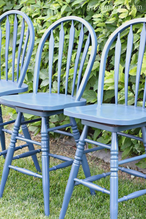 Give your old barstools an update with a can of navy blue paint | Gypsy Magpie