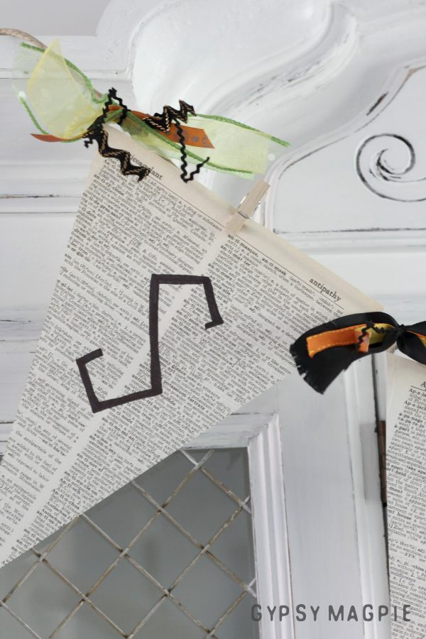 This pennant banner couldn't be easier or more adaptable! | Gypsy Magpie