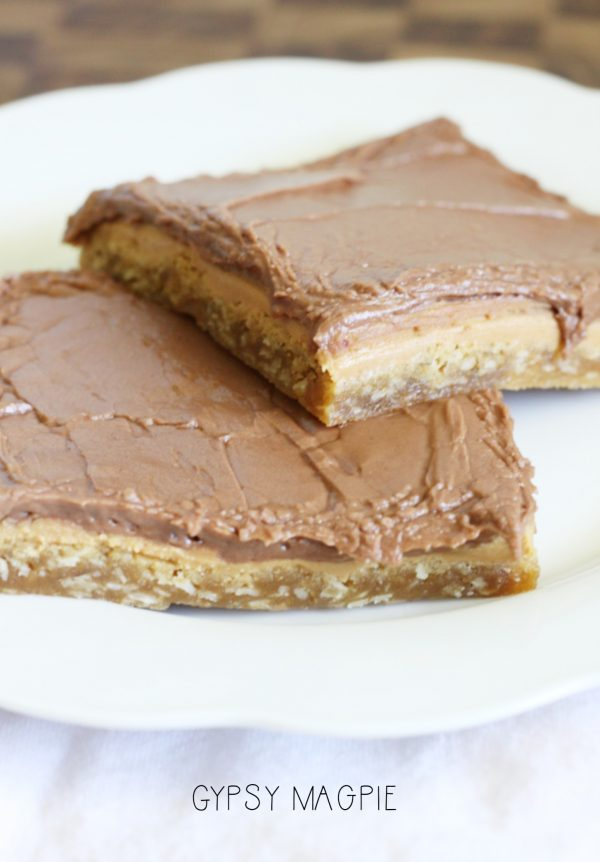These peanut butter bars are just like the ones the lunch ladies made back in the day! Yum! | Gypsy Magpie