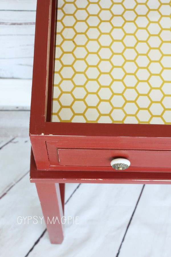 Loving this honeycomb paper lining this darling console table! | Gypsy Magpie
