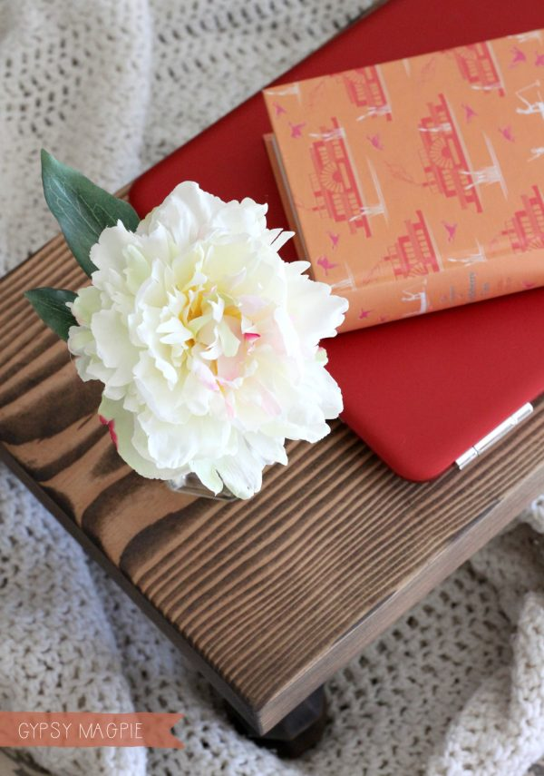 Need a DIY Christmas gift? This farmhouse bed tray is simple and darling! | Gypsy Magpie